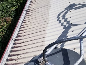 Fantastic difference cleaning a colorbond roof